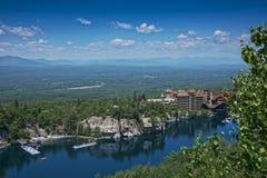 美丽的castkill峭壁叶子房子湖mohonk山区标准时间顶层谷浩大的视图 免版税图库摄影