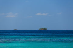 美丽的Cayos Cochinos或Cochinos岩礁海岛看上去漂浮在加勒比海 库存图片