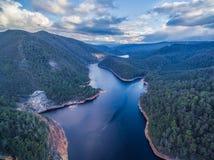 美丽的Cethana湖鸟瞰图 Cethana,塔斯马尼亚岛 免版税库存照片