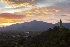 美丽的chonburi的风景太阳上升的天空和菩萨塔 库存照片