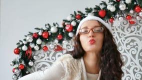 美丽的Chritmas庆祝事件的年轻女人佩带的圣诞老人项目帽子和玻璃 有吸引力女性是傻的 影视素材