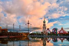 美丽的cloudscape和塔在NZH满洲里日落matryoshka正方形  库存图片