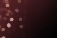 美丽的defocused LED点燃与marsala口气或红色藤口气背景的被过滤的bokeh摘要 库存照片