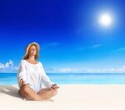 美丽的Doing Yoga On The夫人海滩 库存图片