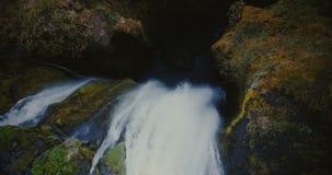 美丽的Gljufrabui瀑布的顶面鸟瞰图在冰岛 调低的直升机,水落在山之间 影视素材