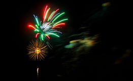 美丽的gree紫色蓝色红色庆祝烟花找出在夜空,美国独立日,第4的左边7月, 库存图片