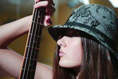 美丽的guitare妇女年轻人 免版税图库摄影