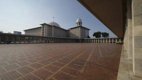 美丽的Istiqlal清真寺在蓝天下 库存照片