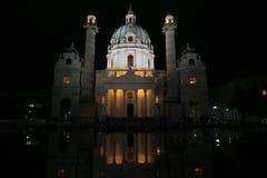 美丽的Karlskirche教会在Austrias首都维也纳的晚上 免版税库存照片