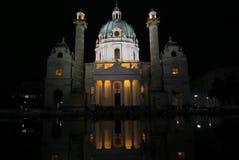 美丽的Karlskirche教会在Austrias首都维也纳的晚上 免版税库存图片