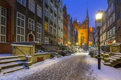 美丽的Mariacka街道在格但斯克在多雪的冬天 免版税库存照片