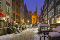 美丽的Mariacka街道在格但斯克在多雪的冬天 免版税库存图片