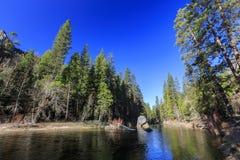 美丽的merced河在优胜美地国家公园 库存照片