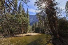 美丽的merced河在优胜美地国家公园 免版税库存图片