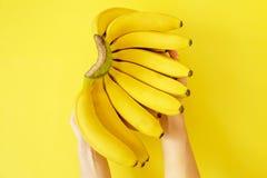 美丽的minimlistic舱内甲板放置构成用在温暖的黄色颜色的成熟新有机香蕉手 顶视图拷贝空间,关闭 库存图片