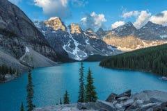 美丽的Moraine湖在加拿大的班夫国家公园 免版税库存照片
