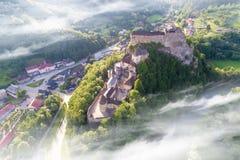 美丽的Orava城堡鸟瞰图在日出的 图库摄影