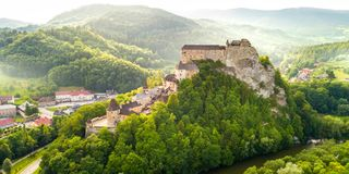 美丽的Orava城堡鸟瞰图在日出的 库存图片