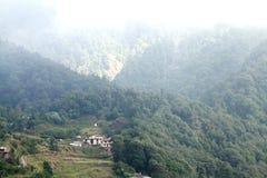 美丽的Pangot村庄在喜马拉雅山 免版税库存图片