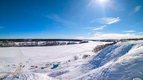 美丽的ponamara在冬天 河用冰和雪盖 33c 1月横向俄国温度ural冬天 与云彩的清楚的蓝天 库存图片