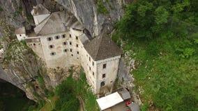 美丽的Predjama城堡从上面在夏天