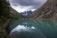 美丽的Shavlinsky湖在晚上 免版税库存图片