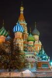 美丽的St蓬蒿` s大教堂在红场的晚上 免版税库存照片