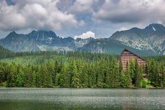 美丽的Strbske普莱索和山湖在斯洛伐克 免版税库存照片