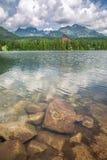 美丽的Strbske普莱索和山湖theTatra山的 免版税库存照片
