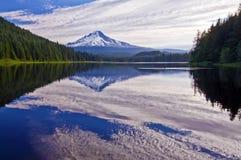 美丽的Trillium湖和Mt敞篷俄勒冈 免版税库存照片