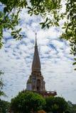 美丽的Wat查龙寺庙装饰物神圣的白色佛教塔尖顶有蓝天和白色云彩背景的 免版税图库摄影