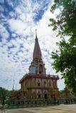 美丽的Wat查龙寺庙装饰物神圣的白色佛教塔尖顶风景有蓝天和白色云彩背景的 库存照片
