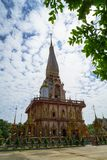 美丽的Wat查龙寺庙装饰物神圣的白色佛教塔尖顶风景有蓝天和白色云彩背景的 图库摄影