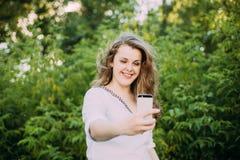 年轻美丽相当加上在白色女衬衫打扮的大小白种人女孩妇女享有生活,微笑, 免版税图库摄影