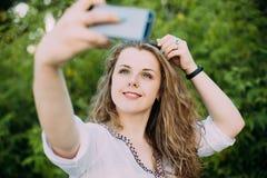 年轻美丽相当加上在白色女衬衫打扮的大小白种人女孩妇女享有生活,微笑, 图库摄影