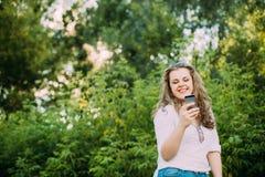 年轻美丽相当加上在白色女衬衫打扮的大小白种人女孩妇女享有生活,微笑, 库存图片