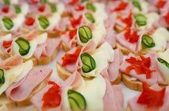 美丽装饰的,食物快餐和开胃菜用三明治,在党或婚礼庆祝 免版税库存图片