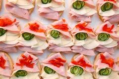 美丽装饰的,食物快餐和开胃菜用三明治,在党或婚礼庆祝 库存图片