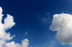 美丽许多在蓝天背景的白色云彩 库存照片