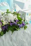 美丽豪华的桌,与豪华的叶子的富有的装饰,白色八仙花属,精美奶油色玫瑰,紫色南北美洲香草,蓝色 免版税图库摄影