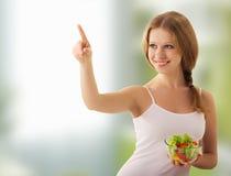 美丽选择食物女孩健康沙拉 免版税库存图片