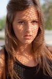 美丽青少年与在表面的影子模式 库存照片