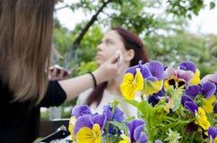 美丽青少年与她的化妆师 免版税图库摄影