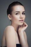 美丽面对她感人的妇女年轻人 新鲜的健康皮肤 查出 免版税库存图片