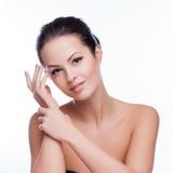 美丽面对她感人的妇女年轻人 新鲜的健康皮肤 库存图片