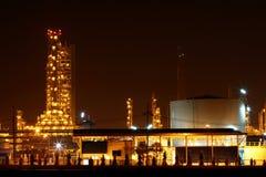 美丽风景早期的夜光的石油化学的工厂 库存图片