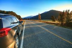 美丽风景登上令人想往的国家公园南岛新西兰沥青高速公路  免版税库存图片