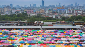 美丽鸟瞰图周末市场有城市大厦背景 图库摄影
