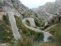 美丽,但是危险的山路危险转弯&轮在马略卡 免版税库存图片