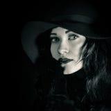 美丽,俏丽的女孩特写镜头时兴的画象黑帽会议的 库存照片